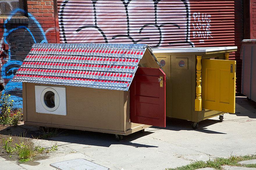umetnik-pretvara-otpad-u-domove-za-beskucnike-01