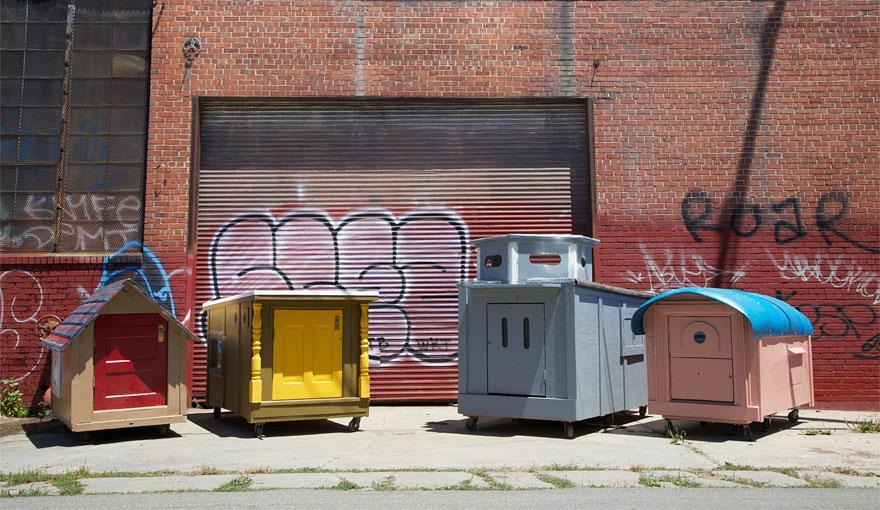 umetnik-pretvara-otpad-u-domove-za-beskucnike-03