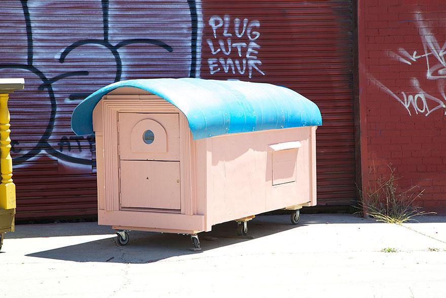 umetnik-pretvara-otpad-u-domove-za-beskucnike-04