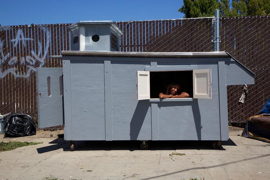 umetnik-pretvara-otpad-u-domove-za-beskucnike-07