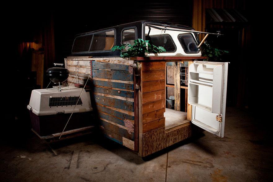 umetnik-pretvara-otpad-u-domove-za-beskucnike-09