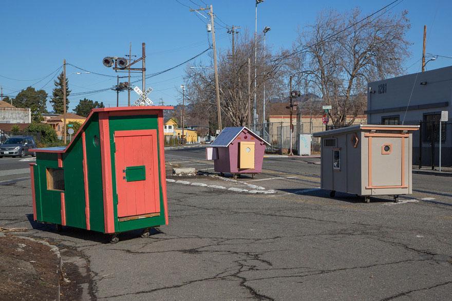umetnik-pretvara-otpad-u-domove-za-beskucnike-11