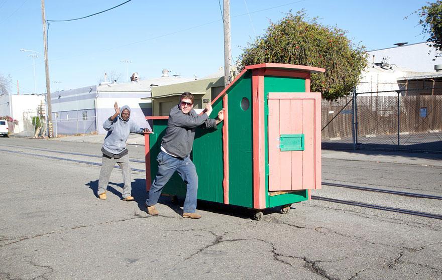 umetnik-pretvara-otpad-u-domove-za-beskucnike-12