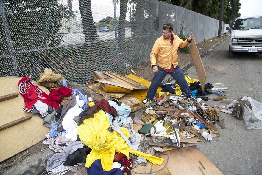 umetnik-pretvara-otpad-u-domove-za-beskucnike-14