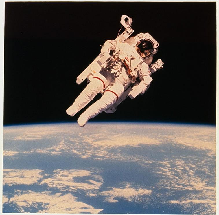 astronaut Brus Makandls pluta izvan šatla čelindžer pri prvoj upotrebi odela na azotni pogon 1984.