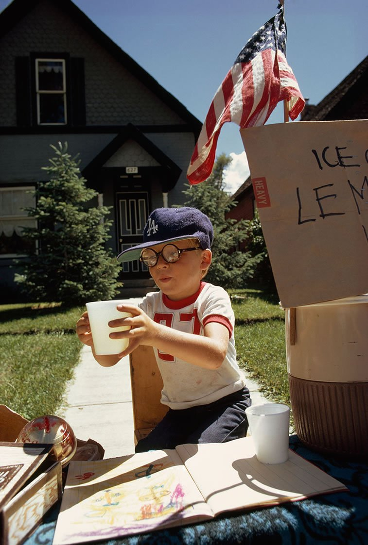 dečak prodaje limunadu ispred kuće, Aspen, Kolorado 1973.