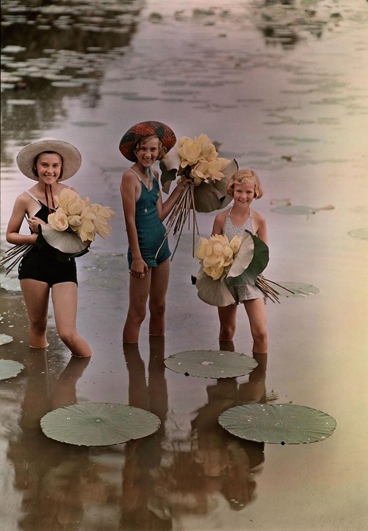 devojčice u vodi drže lotose u Ajovi 1938.