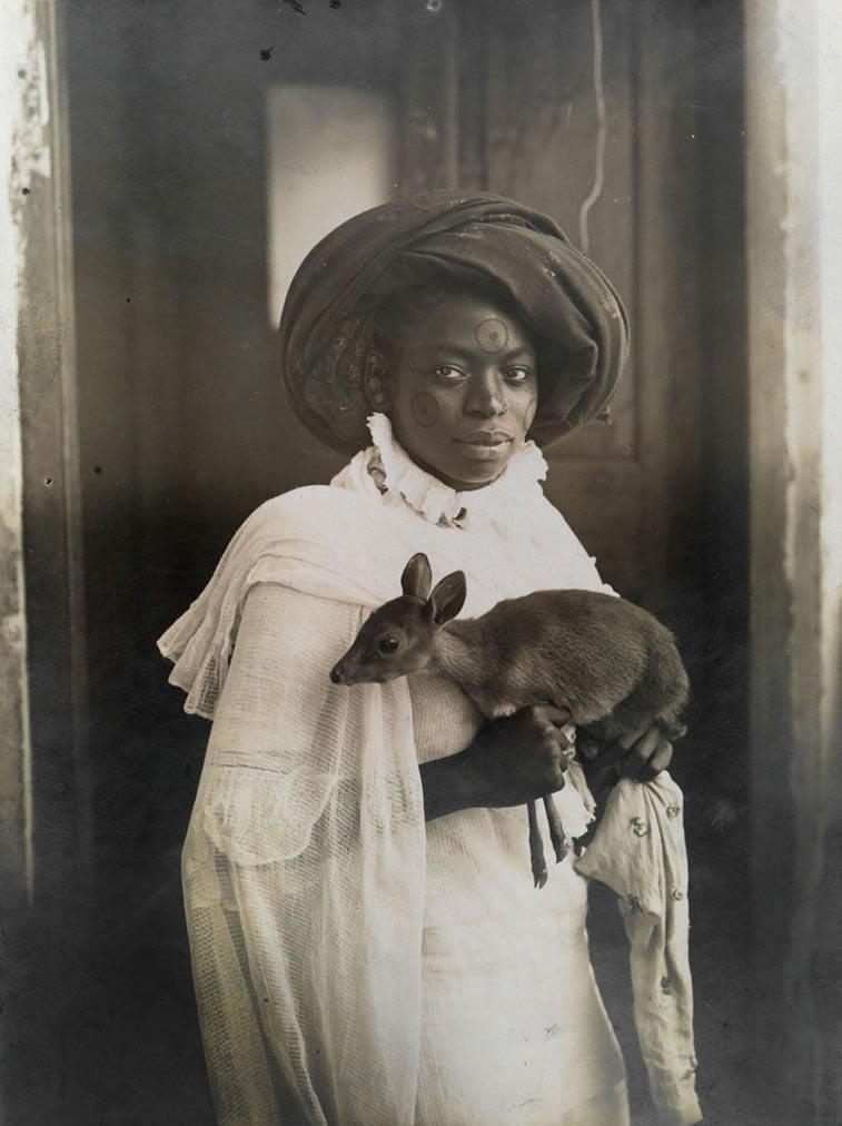 devojka iz Kenije drži lane u Mombasi 1909.