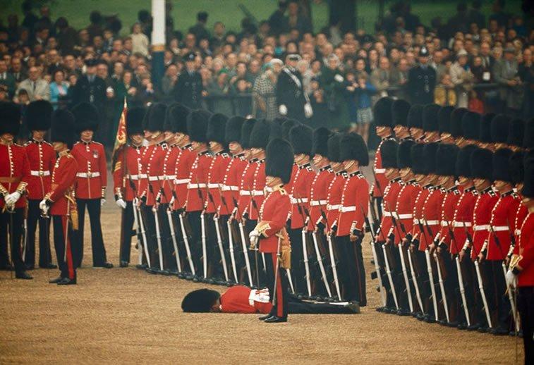 irska garda u stavu mirno dok jedan njen pripadnik pada u nesvest, London 1966.