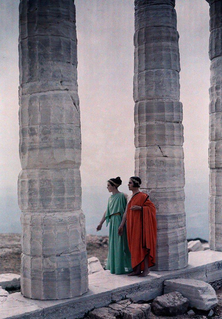 kostimirane igračice između stubova Posejdonovog hrama, Grčka 1930.