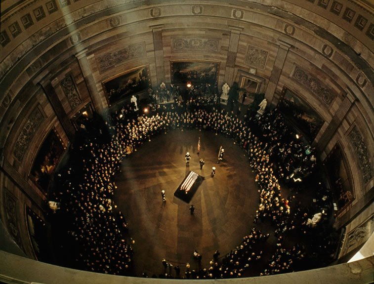 kovčeg Džona F. Kenedija ispod kupole Kapitola 1963.