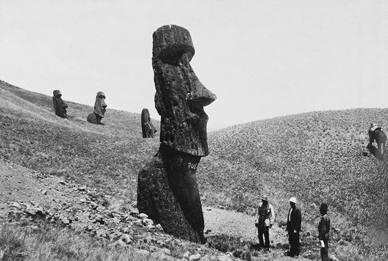 ljudi posmatraju statue Uskršnjih ostrva u Polineziji 1922.