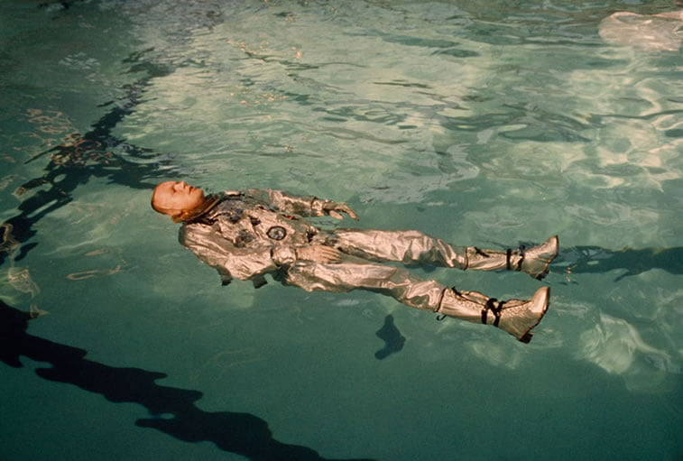Nil Armstrong pluta u bazenu u svemirskom odelu 1967.