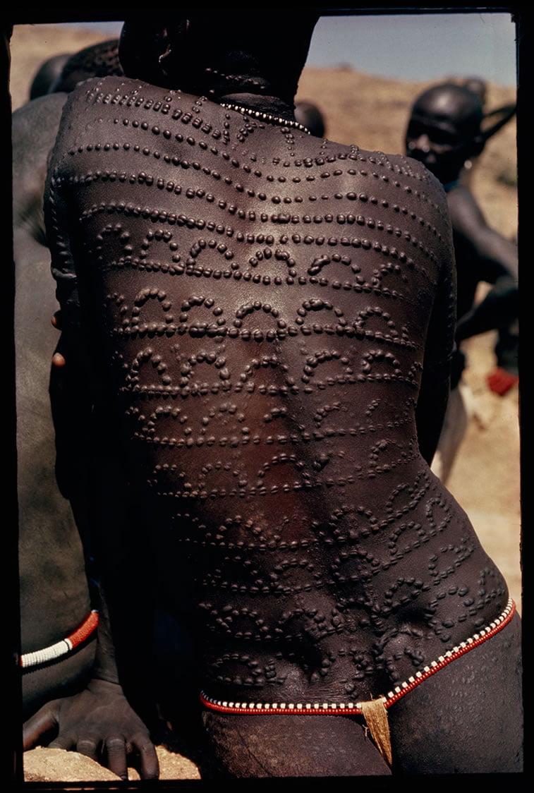 ožiljci za lepotu na leđima Nubijke u Sudanu 1966.