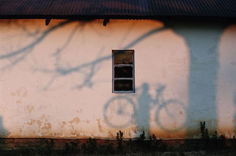 senka čoveka koji drži bicikl, reka Zambezi 1996.