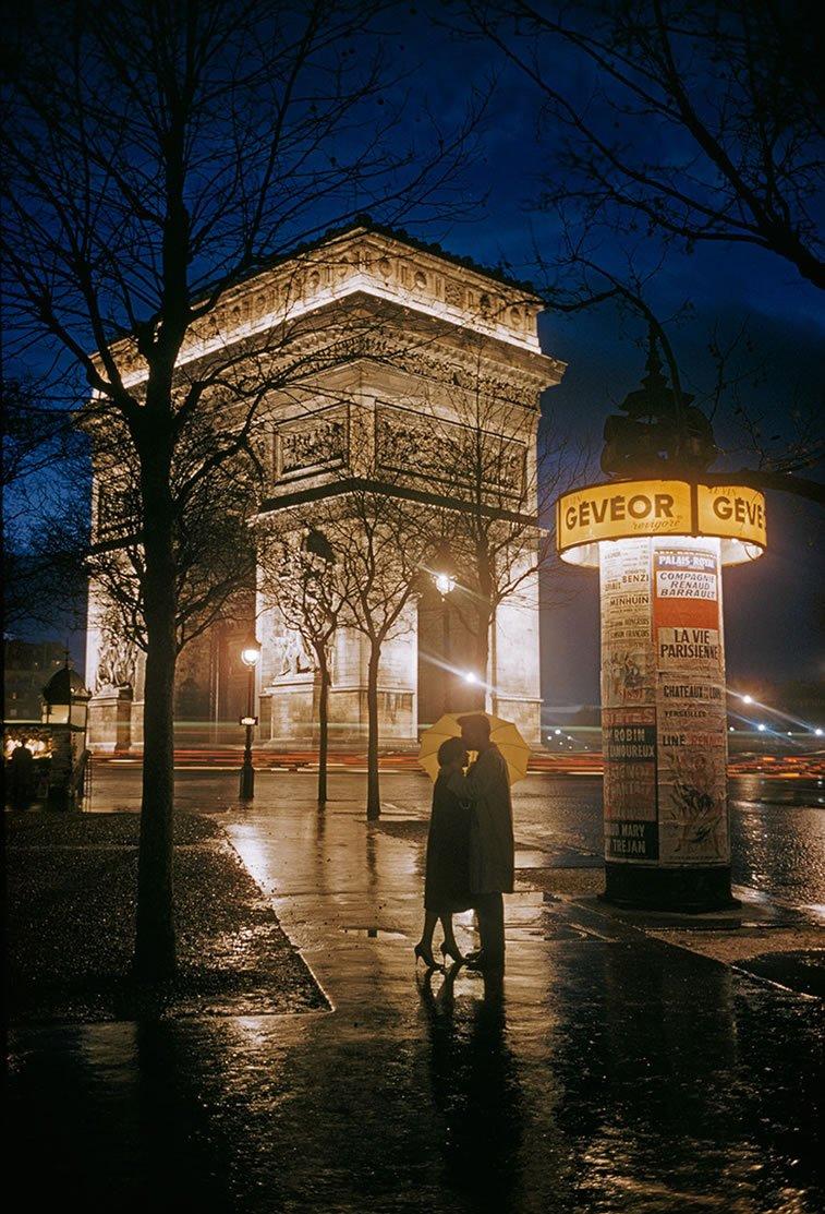 zagrljaj ljubavnika pored Trijumfalne kapije u Parizu 1960.