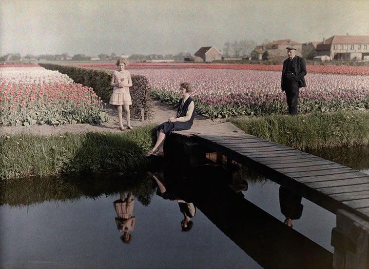 žitelji sela se odmaraju na kanalu pored polja lala u Harlemu, Holandija 1931.