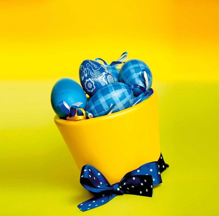 Ideje za ukrašavanje uskršnjih jaja (45) korpica sa plavim jajima