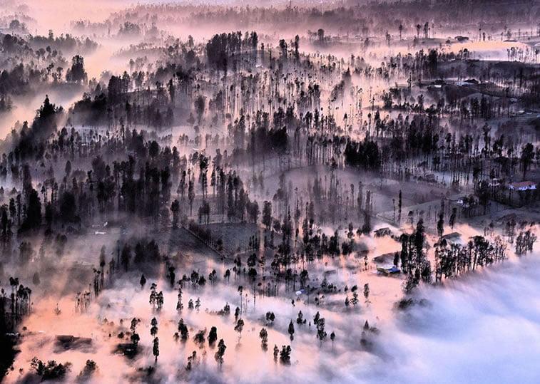 Izmaglica nad selom Čemoro Lavang, Indonezija