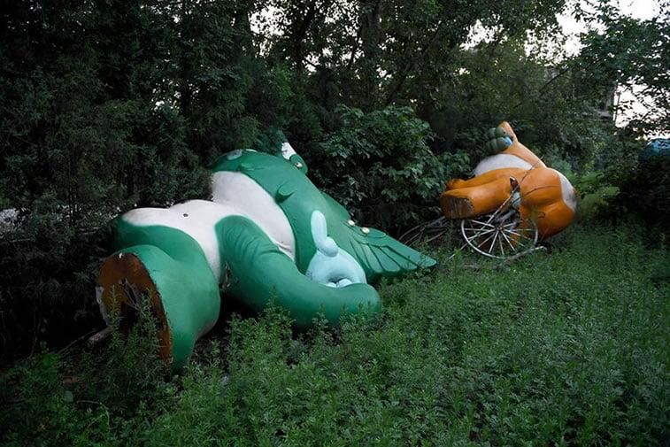 napušteno olimpijsko selo Peking 2008 maskote igara u travi