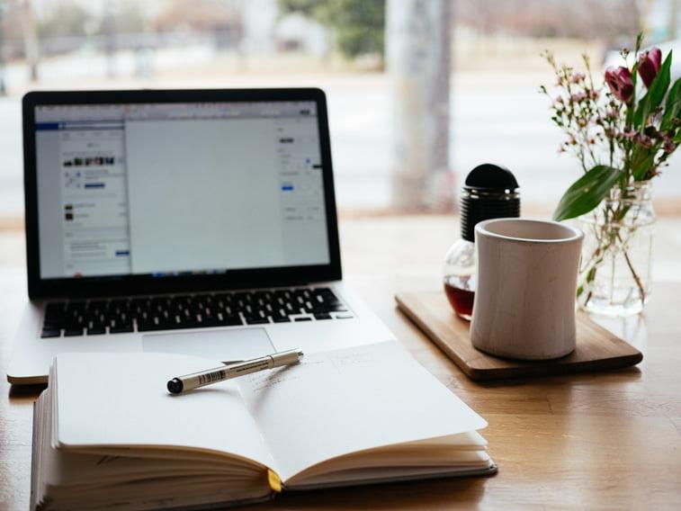 blogovanje pisanje sveska lap top solja unsplash
