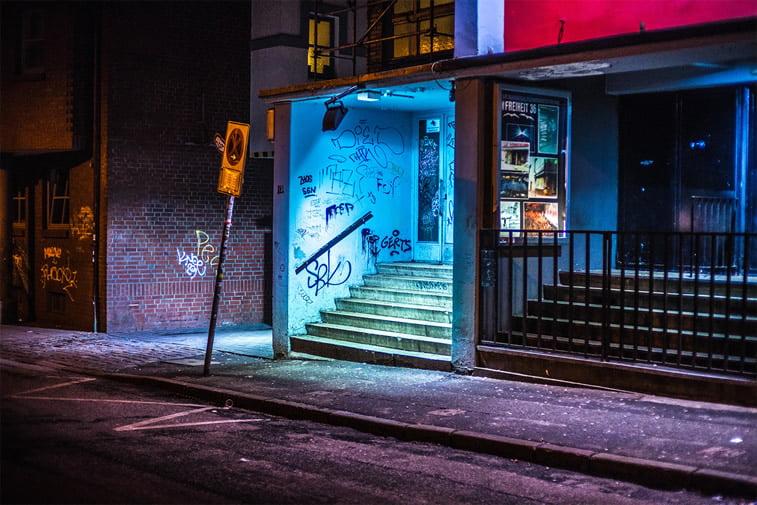 hamburg nocu fotografija ulaz u zgradu