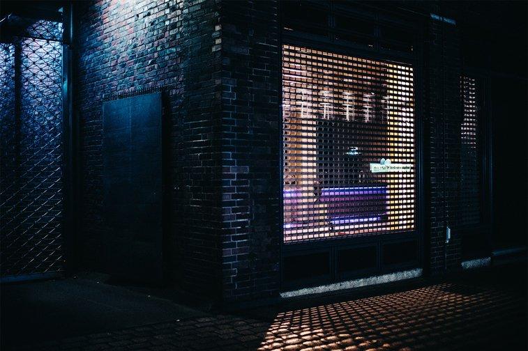 hamburg nocu fotografija izlog resetke