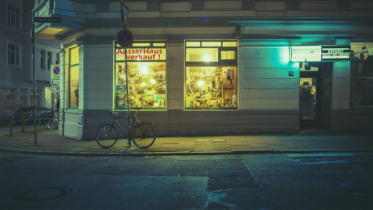 hamburg nocu fotografija izlog bicikl