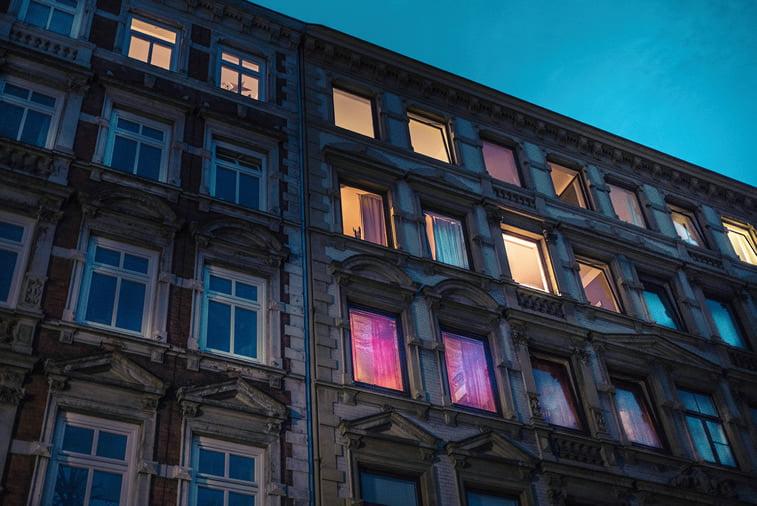 hamburg nocu fotografija zgrada prozori