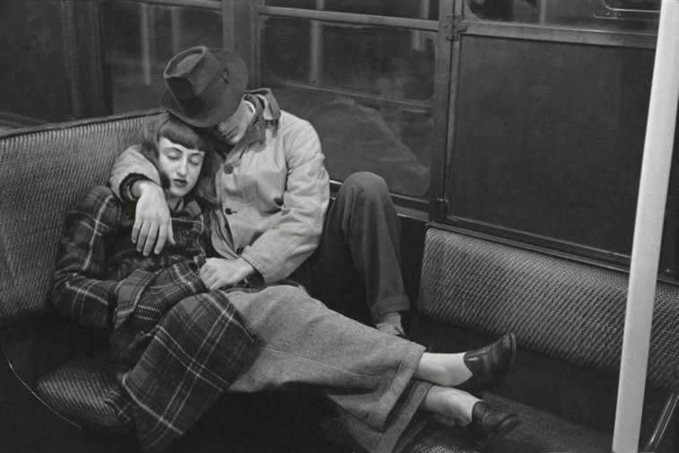njujork metro noc muskarac i zena spavaju