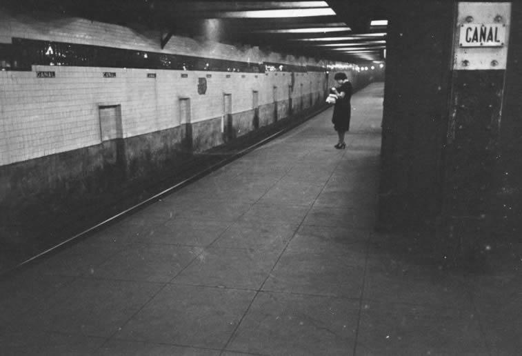 njujork metro zena sama na stanici