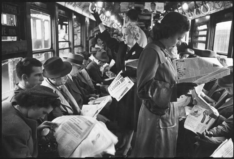 njujork metro putnici citaju novine