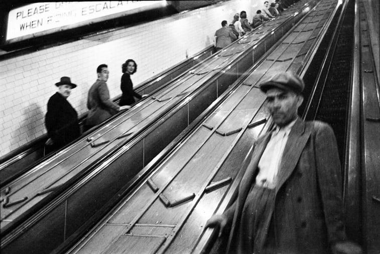 stepenice za metro ljudi njujork stemli kjubrik