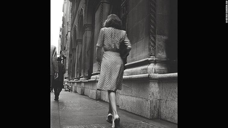 zena na ulici okrenuta ledjima njujork