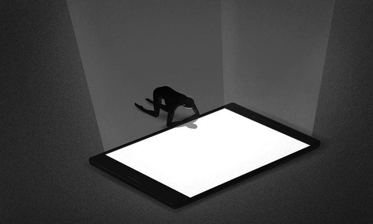 covek mobilni telefon tablet ekran osvetljenje