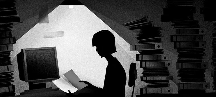 zena sedi za stolom i cita registratori arhiva ilustracija