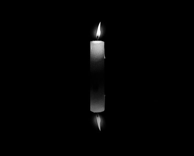 sveca gori u mraku ilustracija
