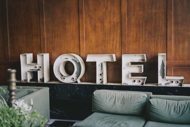 hotel slova na zidu iznad sofe retro stil