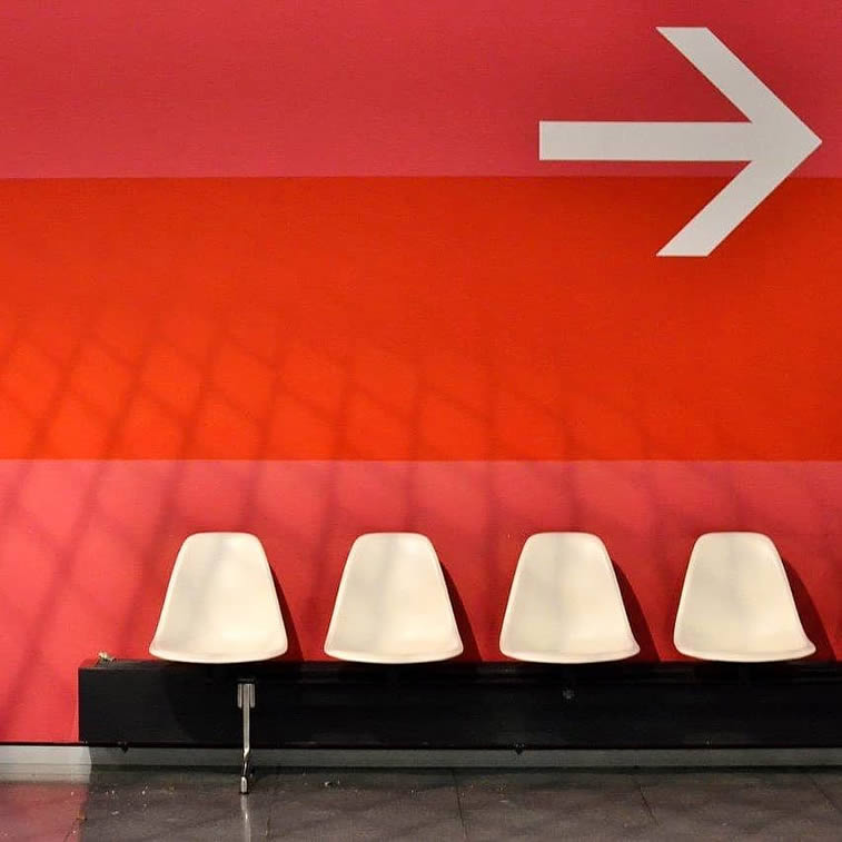 emtpy seats arrow sign