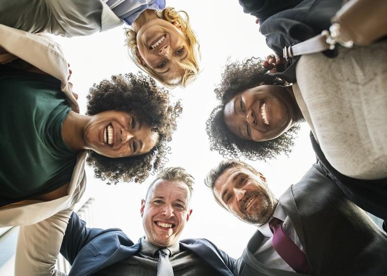 zadovoljni nasmejani ljudi na fotografiji pozitivno korisnicko iskustvo