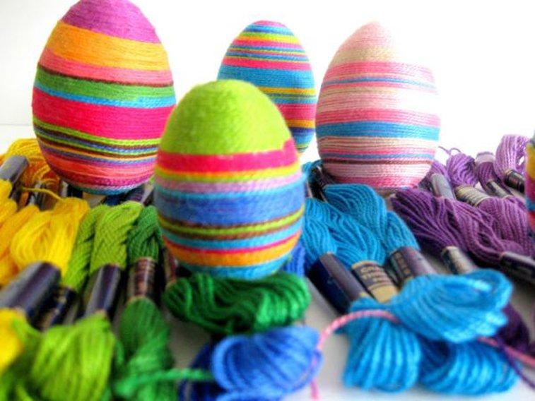 uskrsnja jaja obmotana vunom